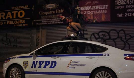 V loňském klipu Big Big Beat si zase zatančila na střeše jedoucího policejního auta.