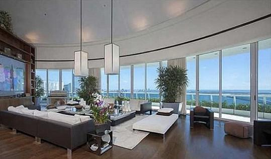 V proskleném bytě je výhled kolem dokola na Miami a Atlantik.
