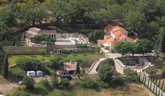 Za dům na jihu Francie manželé nyní požadují 75,3 miliónu korun.