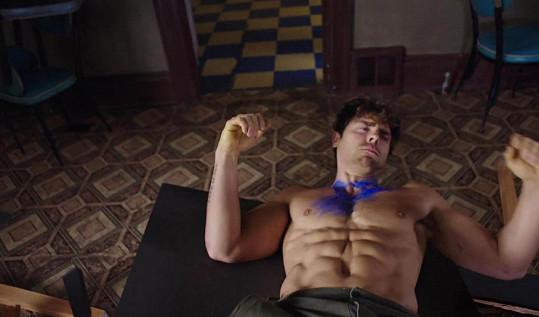 Colt Prattes rád předvádí své dokonalé tělo.