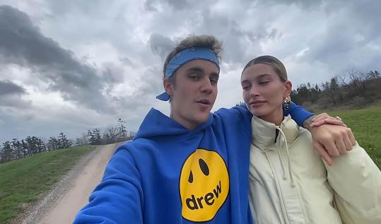 Po poradě s manželkou se Bieber k věci vyjádřil.