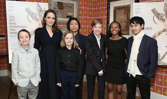 Knox, Angelina, Vivienne, Pax, Shiloh, Zahara a Maddox (zleva) na premiéře filmu The Boy Who Harnessed The Wind.