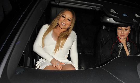 Mariah Carey přijíždí ke svému oblíbenému restaurantu.