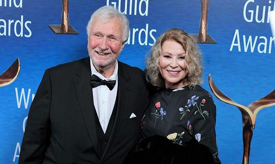 Jejím manželem je scenárista Dan Wilcox.