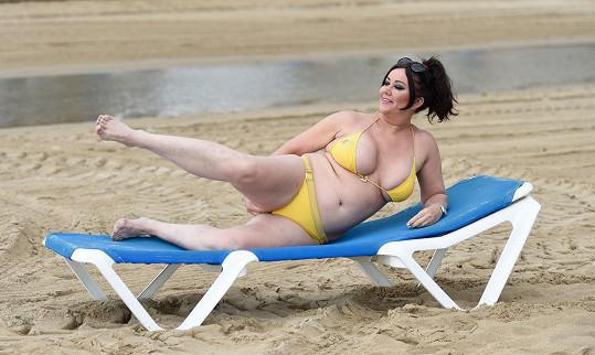 Lisa se rozvalila na pláži ve Španělsku.