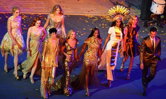 Stella Tennant (zleva třetí vepředu) byla jednou z hvězd závěrečného ceremoniálu londýnské olympiády.