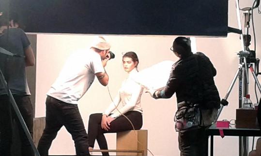 Modelka během jednoho ze svých focení.