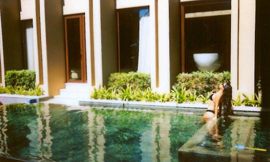 Kardashian v bazénu u luxusní vily, kterou měla s rodinou pronajatou na dovolené v Kostarice.