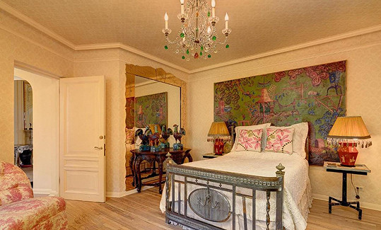 Interiér je plný barev a vzorů. Nechybí ani v ložnici.