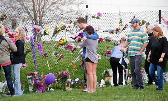 Před zpěvákovým domem se již od včerejška scházejí lidé a květinami, svíčkami a vzkazy.