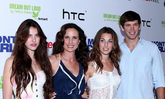 Andie MacDowell se všemi svými dětmi na archivním snímku. Zleva Margaret, Rainey a Justin