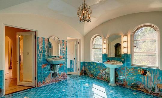 Koupelna se snaží navodit dojem podvodního světa...