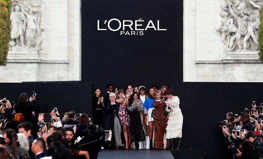 Defilé manekýn přehlídky L'Oréal v Paříži