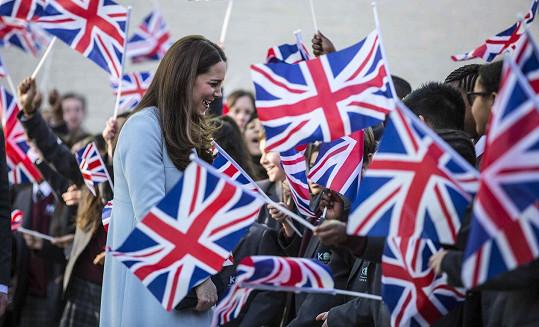 Budoucí dvojnásobná maminka se vítala s lidmi v Kensingtonu.