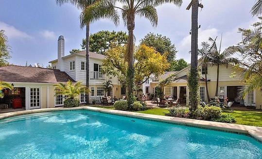 Na pozemku najdete krásný bazén i palmy.