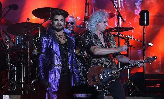 Nyní vystupují se zpěvákem Adamem Lambertem.