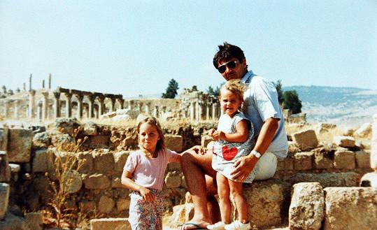 Část dětství Kate (vlevo) prožila v Jordánsku. Na snímku s otcem a sestrou Pippou.