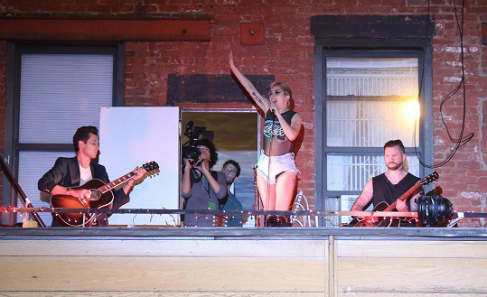 Gaga se představila naživo na terase klubu The Bitter End.
