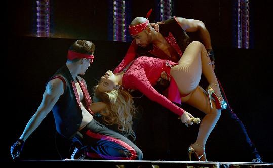 Zpěvačka předvedla smyslnou show.