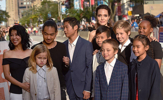 Angelina Jolie s rodinou a protagonisty svého filmu