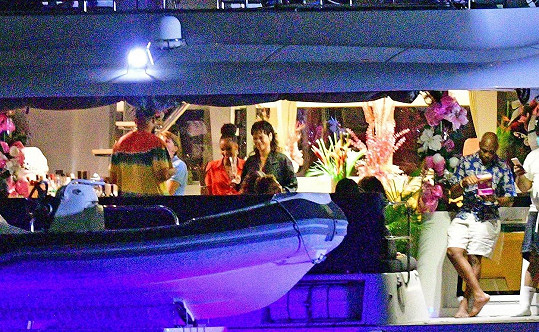 S přáteli si užili okružní jízdu na luxusní jachtě.