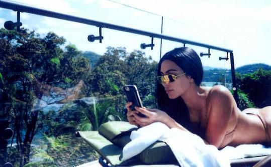 Kim nedá bez mobilu a pořizování selfie ani ránu.