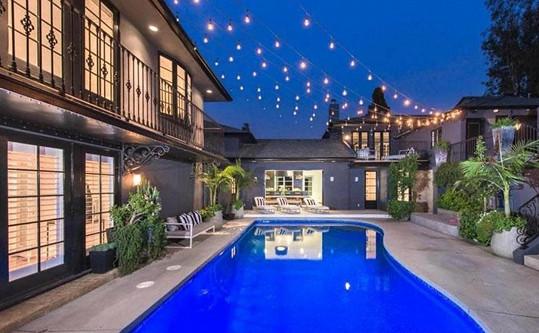 Součástí zahrady je i bazén.