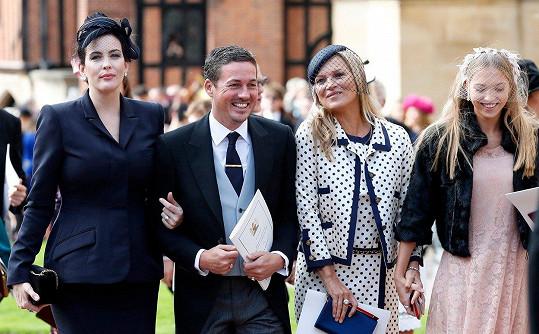Lila s mámou Kate Moss, herečkou Liv Tyler a jejím partnerem Davem Gardnerem na říjnové svatbě princezny Eugenie
