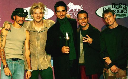 Nick Carter (druhý zleva) v době největší slávy kapely Backstreet Boys