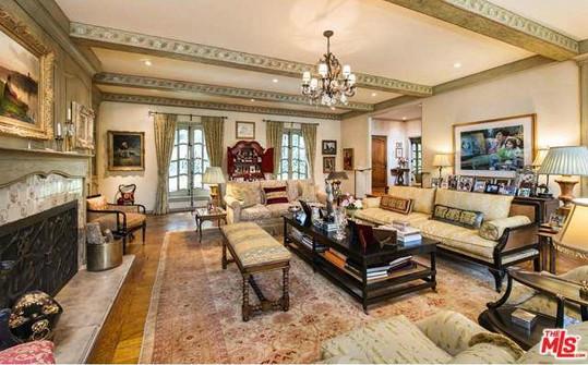 Toto je jejich obývací pokoj s krbem.