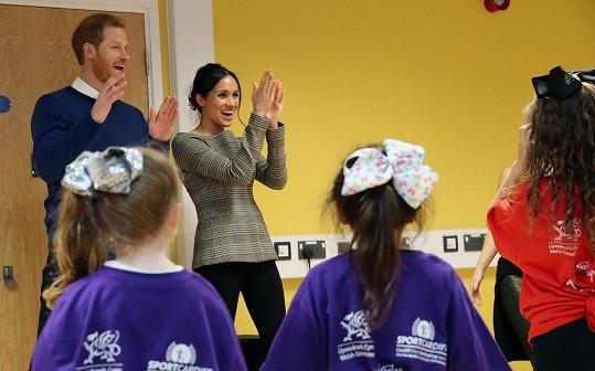 Návštěva Meghan s Harrym v komunitním centru Star Hub ve Walesu. Nadšené reakce páru na taneční vystoupení místních dívek nezůstaly bez odměny.