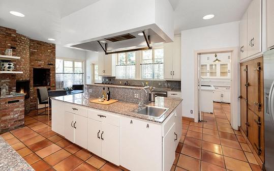 Kuchyně je světlá a vzdušná.