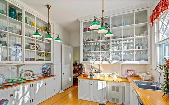 Kuchyně je světlá s barevnými doplňky.