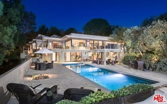 Moderní dvoupodlažní dům vyniká prosklenými plochami.