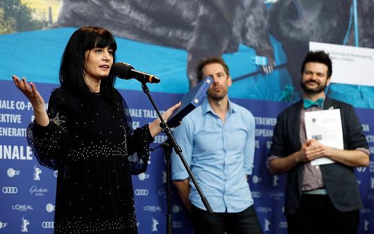 Labina Mitevska loni na berlínském festivalu, kde za sestru Teonu Strugar Mitevskou převzala cenu za drama Bůh existuje, její jméno je Petrunija. Teona film napsala a režírovala, Labina v něm hrála.