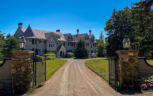 K domu z roku 1903 vede dlouhá příjezdová cesta.