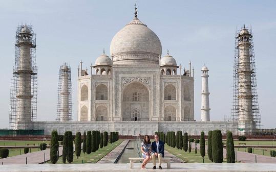 Vévoda z Cambridge William se svou Catherine před symbolem Indie.