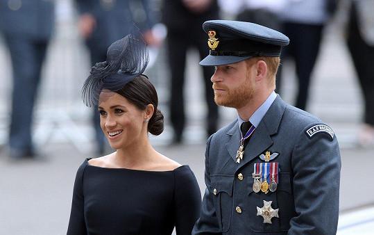 Vévodkyně ze Sussexu zvolila poněkud smuteční oděv.