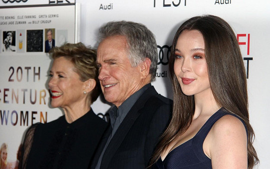 Annette Bening s Warrenem Beattym a jejich šestnáctiletou dcerou Ellou na premiéře filmu 20th Century Woman.
