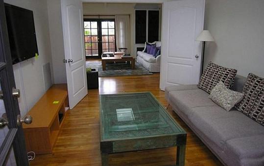 Jeden obývací prostor v domě slouží k odpočinku, druhý ke sledování televize...