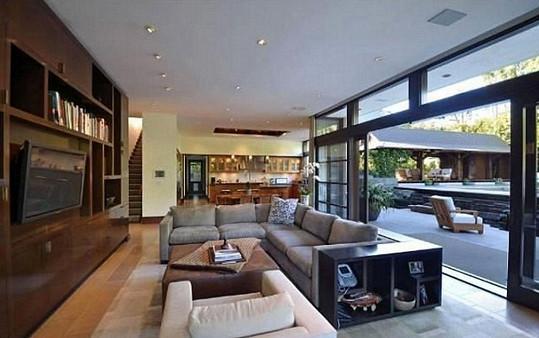 Obývací pokoj s obrovským francouzským oknem