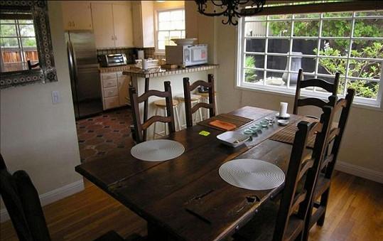 Menší jídelna s kuchyní v pozadí