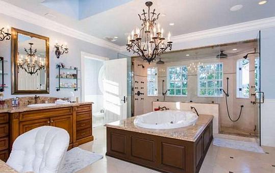 Jedna z osmi koupelen v domě