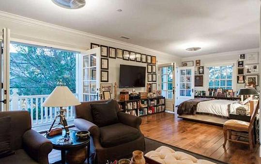 Převládají klasické interiéry s dominancí dřeva. Dostatek světla pak zaručují velká okna.