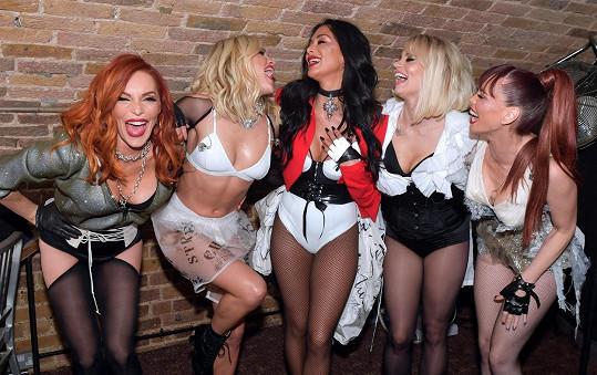 Členky skupiny oblékají úsporné outfity, zleva: Carmit Bachar, Ashley Roberts, Nicole Scherzinger, Kimberly Wyatt a Jessica Sutta