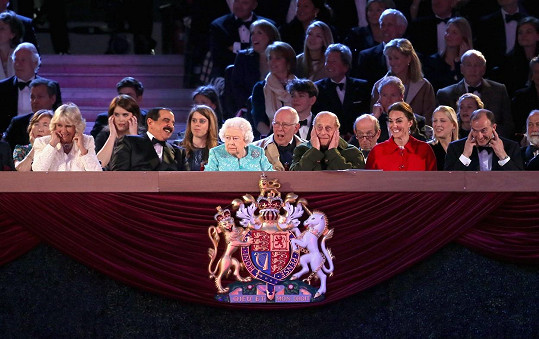 Ledově klidná při ohlušujícím úvodu zůstala jedině královna.