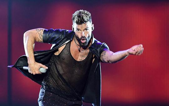 Ricky Martin si doma broukat nesmí.