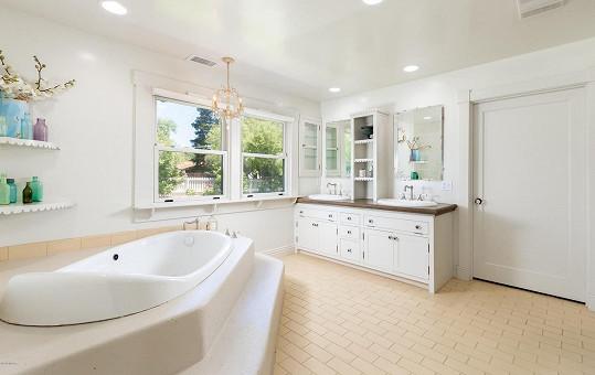 I koupelny jsou laděné do světlých barev.