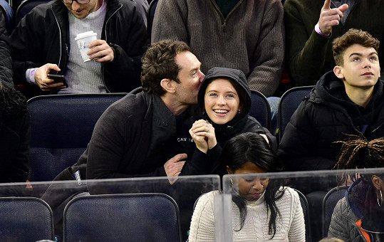 S tátou Judem Lawem v prosinci na hokejovém zápase mezi New Jersey Devils a New York Rangers