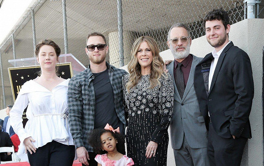 Tom Hanks s manželkou Ritou Wilson, dcerou Elizabeth, synem Chetem, vnučkou a synem Trumanem (vpravo)